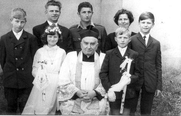 I Komunia Święta Grażyny i Wiesława Nowickich Szklary 1970 rok obok Grażynki i Wiesia ks. Józef Stefański od lewej Bogdan, Władysław, Wiktor, Maria, Leszek