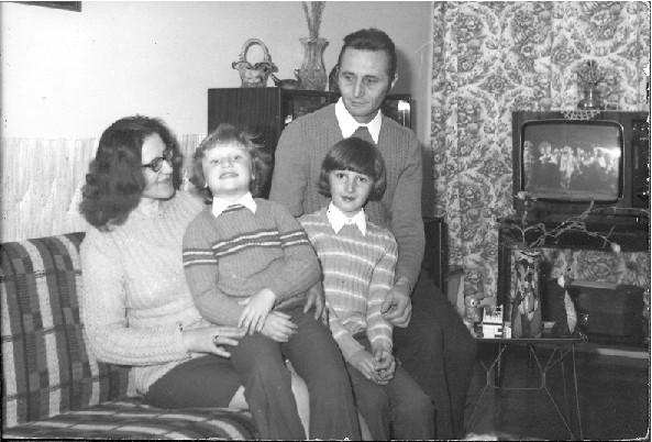 Janina i Zygmunt Łabowie z Olkiem i Piotrkiem Duszniki 1978 rok