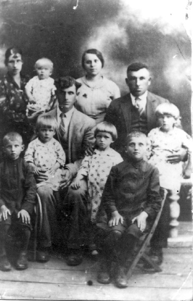 Helena i Stanisław Nowiccy z dziećmi + Stanisława /córka Marii/ i Wacław Żuchowicki Husaki 1934r.