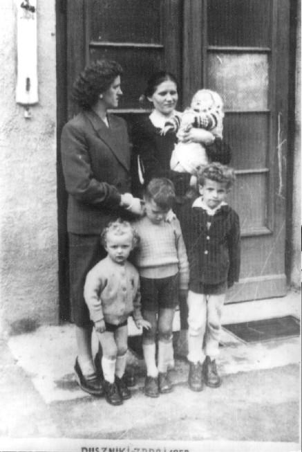 Maria Niemczuk i Eleonora Kowalska z dziećmi Duszniki Zdrój 1959 rok