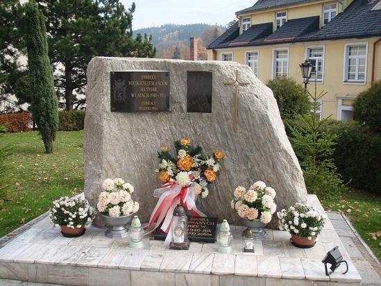 Pamięci Polskich zesłańców na Sybir Pomnik przed Kościołem Św. Piotra i Pawła w Dusznikach Zdroju