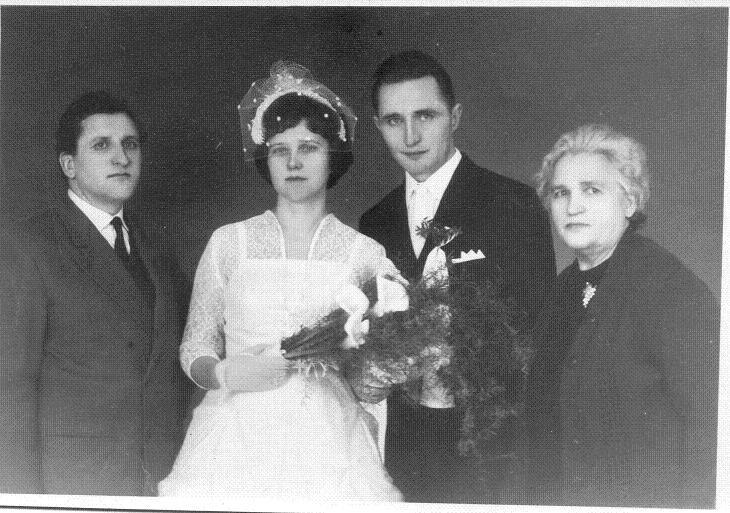 Janina Nowicka i Zygmunt Łaba , ślub Duszniki 25 grudzień 1965 rok obok stoją Mama Zygmunta i brat Janiny Stanisław