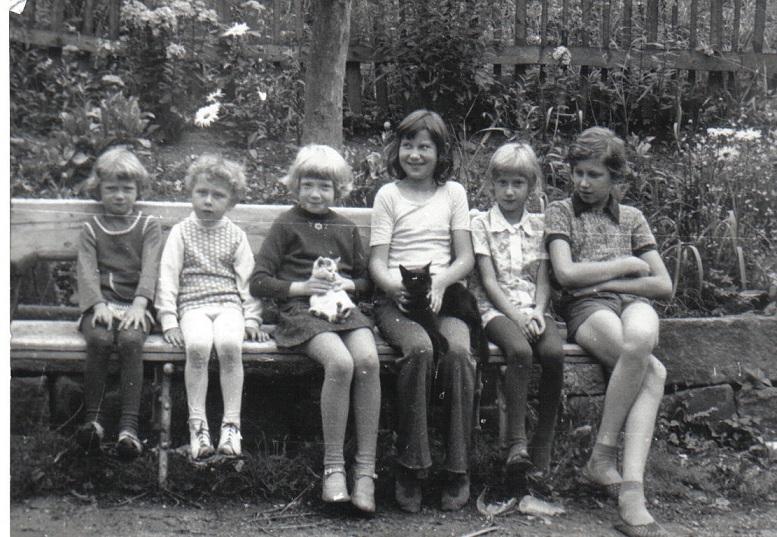 od lewej Basia, Paweł, Krysia, Beata, Wanda, Robert Nowiccy na ławeczce przy ulicy Dworcowej w Dusznikach Zdroju lipiec 1977 rok