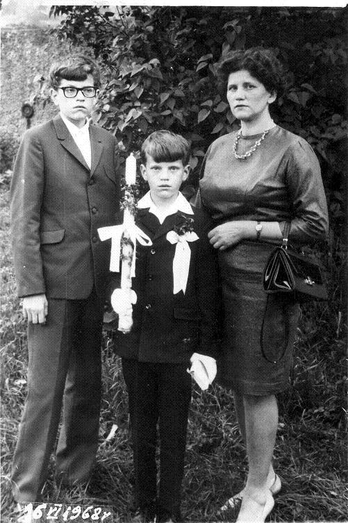 Eleonora Kowalska z dziećmi Januszem i Krzysztofem I Komunia Krzysia , Świdnica 16 czerwiec 1968 rok