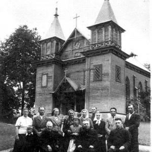 Parafianie przed Kościołem w Połoneczce lata 40-ste