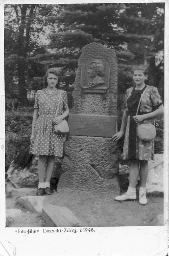 Siostry Maria i Eleonora pod pomnikiem Chopina Duszniki Zdrój 1948 rok